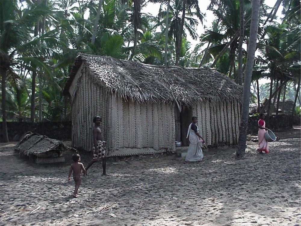 カルナカパリ地区の海岸付近の住民