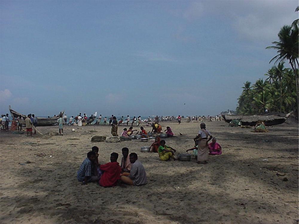 カルナガパリ地区の海岸には多くの人が